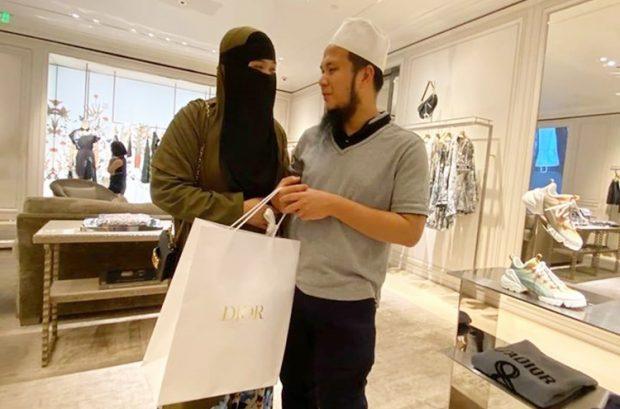 ustaz ebit hadiahkan isteri beg tangan berjenama