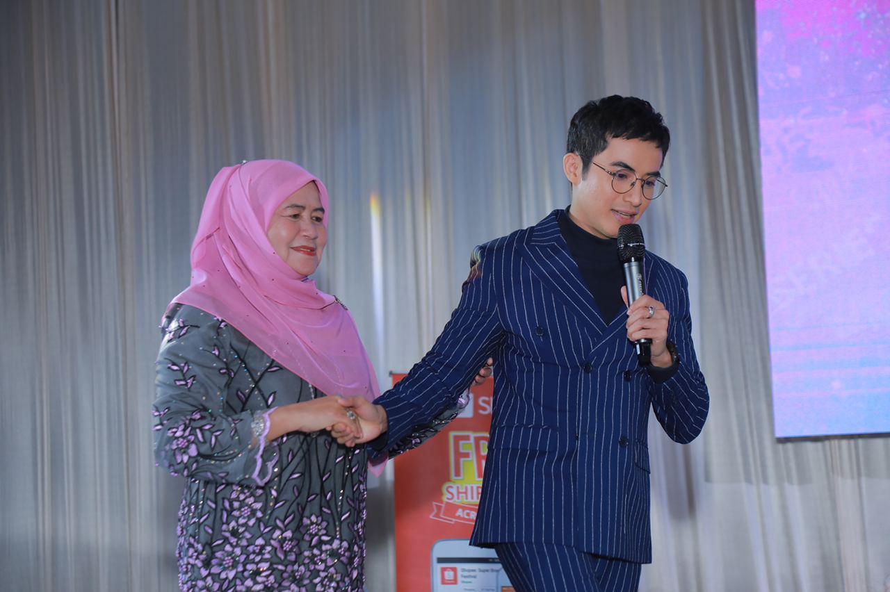 Zoey Rahman Hadiahkan Ibu Bapa Kondo Harga Setengah Juta