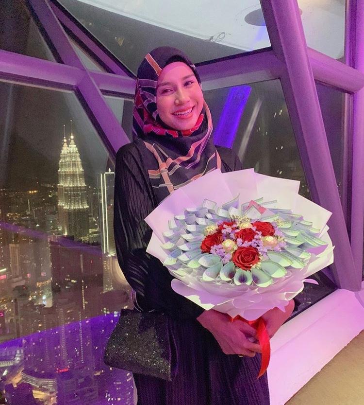 Sambut Ulang Tahun Perkahwinan Ke-9, Norman Hakim Hadiahkan Jambangan Duit Kepada Memey Suhaiza