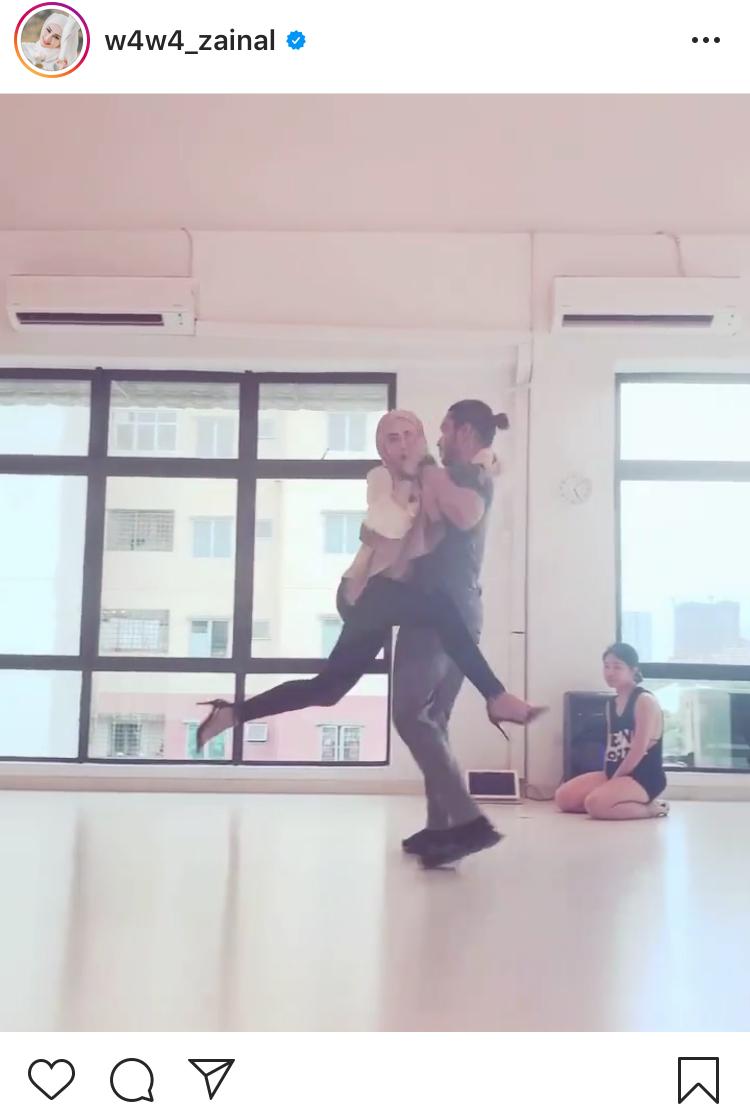 Baju wawa zainal terselak ketika menari