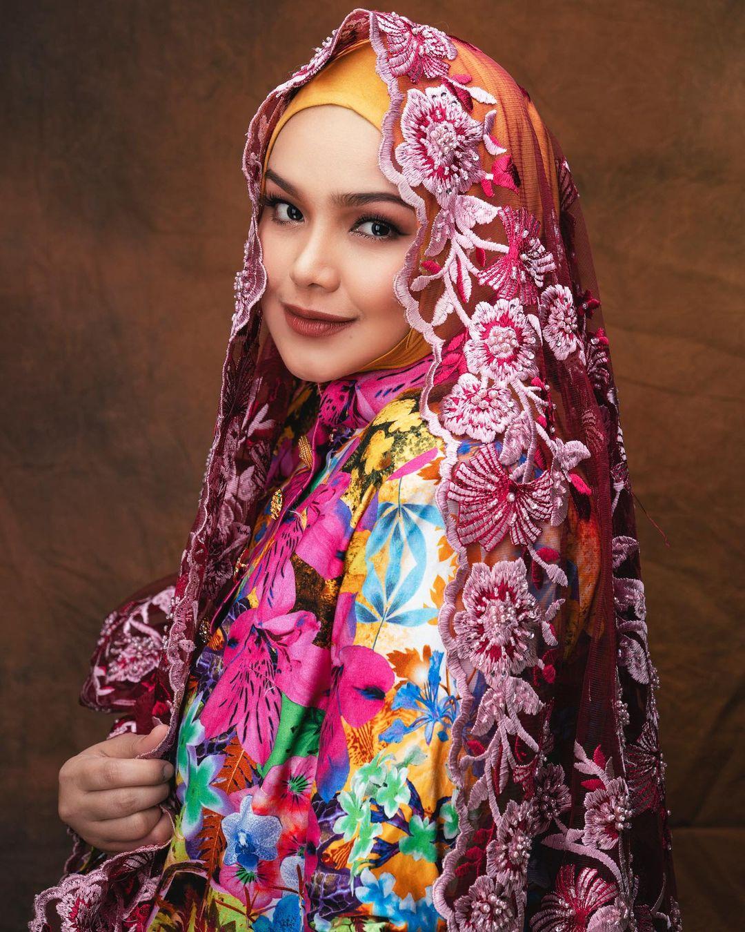 Tukar Baju Tak Sampai 11 Saat, Peminat Kagum Lihat Penghasilan Muzik Video Lagu Terbaru Datuk Siti Nurhaliza 2