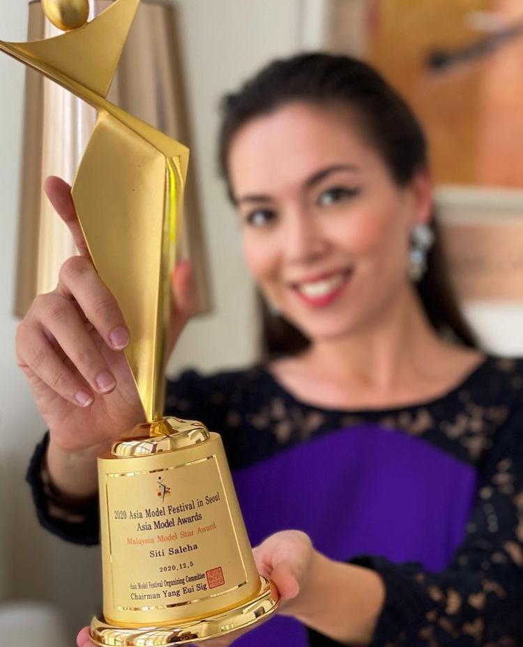 (TAHNIAH) Raih Anugerah Di Peringkat Antarabangsa, Siti Saleha Sandang Trofi Asia Model Awards 2020 3