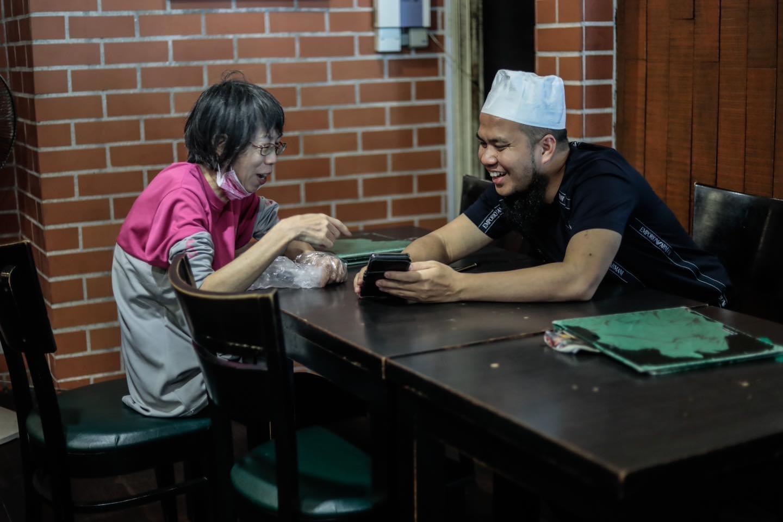 Tular Foto Gigih Bekerja Walau Sudah Berusia, Ustaz Ebit Lew Kongsi Kisah Aunty FoodPanda 3