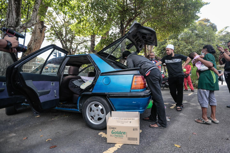 """""""Saya Tidur Lena Makan Sedap, Ada Orang Tidur Dalam Bonet Kereta.."""" Ebit Lew Bantu Keluarga Ganesh Sewakan Rumah 6"""