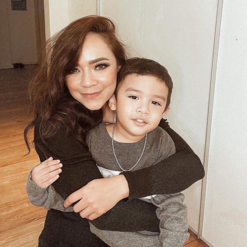 Nora Danish dan anak