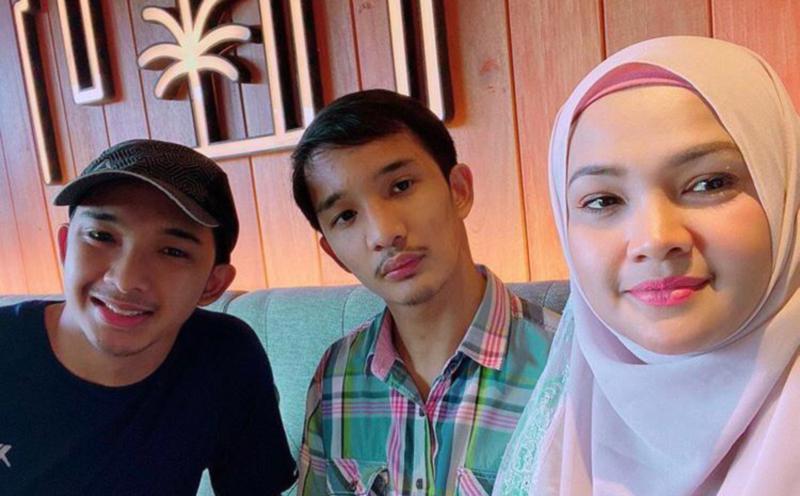Zarina Zainuddin dan anak-anak