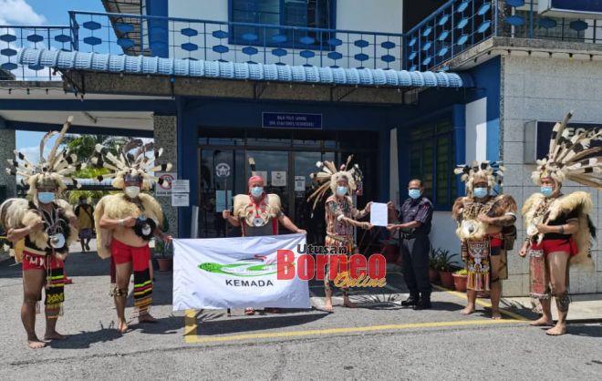 Ryzal duriankimchi hina pakaian tradisi Iban