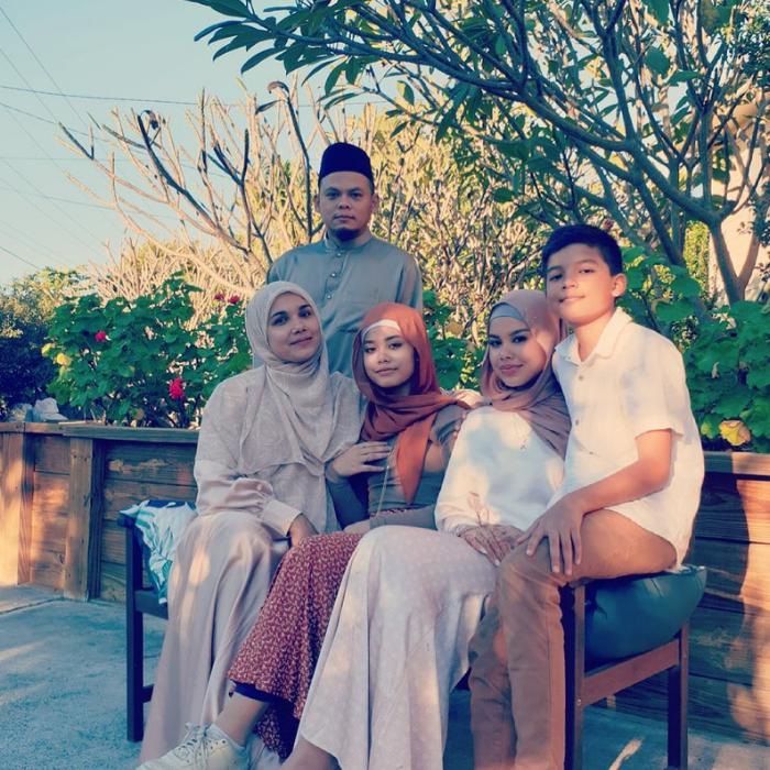 Wardina dan keluarga