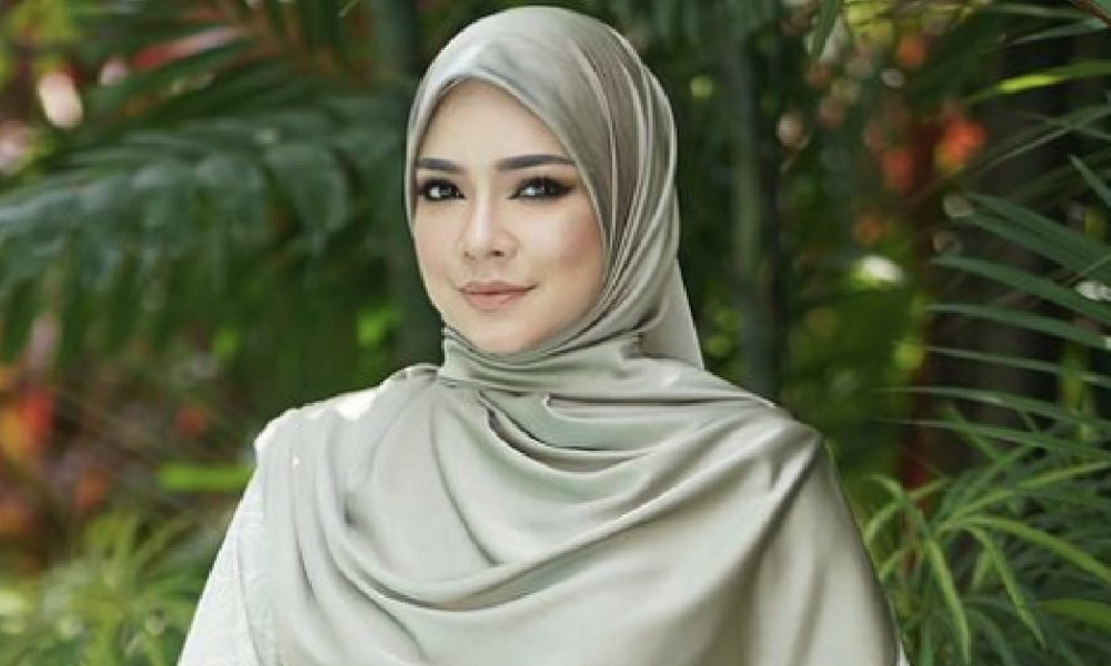 Nora Danish Bertudung Litup, Peminat Pun Dah Naik Pening